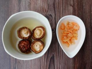 港式萝卜糕,乾香菇及虾米分别泡软沥乾。