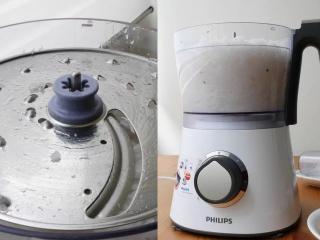 """港式萝卜糕,厨神料理机装上""""2.4mm切盘""""( 1.2mm切盘也可),将白萝卜条一一放入厨神料理机刨成细丝"""