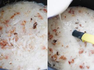 港式萝卜糕,白萝卜丝煮至透明后,将内锅取出稍為放凉,边倒进粉浆边快速拌匀2分钟至成稠糊状及增加韧度,加调味料拌匀。