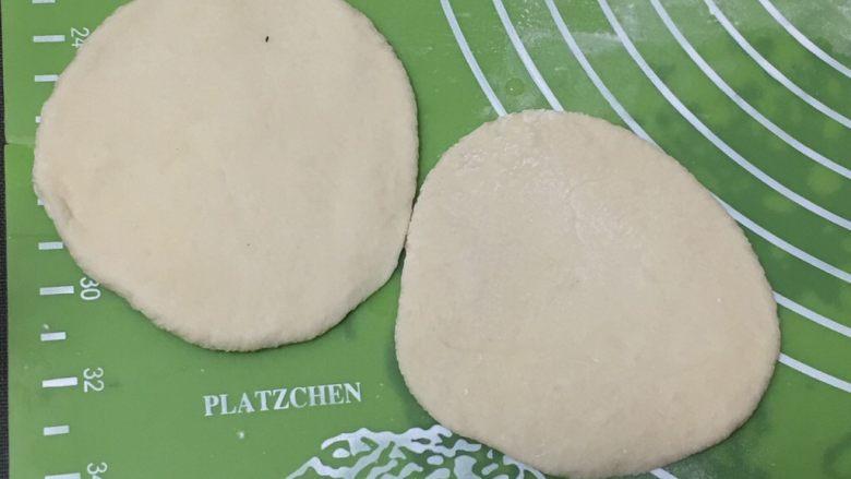芝麻核桃馒头,将剂子擀成圆饼。