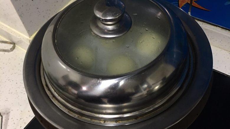 芝麻核桃馒头,水烧开后,馒头放入笼格蒸10分钟,关火焖5分钟。