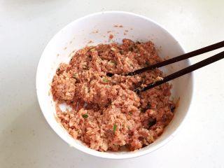 香炸肉丸子,用筷子始终顺着一个方向搅拌至上劲。