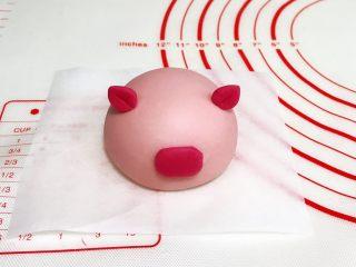 吉祥如意小猪馒头,然后刷点清水粘到小猪的脸上。