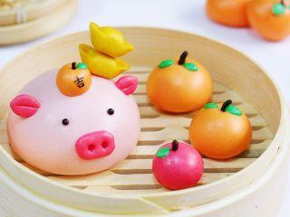吉祥如意小猪馒头,也可以预留出一点面团加黄色色素做成元宝。
