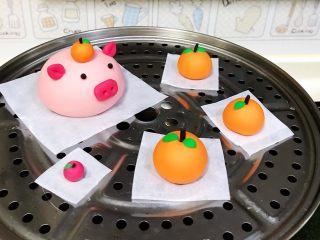 吉祥如意小猪馒头,做好的造型馒头发至近1.5倍大时,放入蒸锅中。