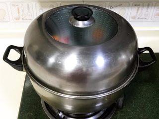 吉祥如意小猪馒头,水煮沸后继续蒸10分钟,蒸完焖5分钟再打开。
