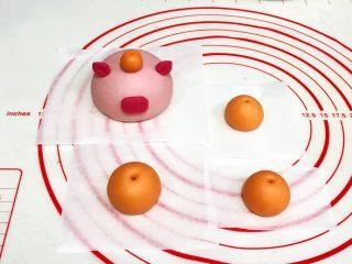 吉祥如意小猪馒头,把橘色的面团分出1个3克小剂子搓圆,粘在小猪的脑袋上,其余的面团随意分成3份滚圆,用尖的筷子或竹签在圆面团上扎个孔。