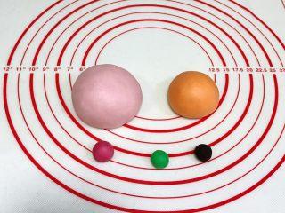 吉祥如意小猪馒头,面团分别加入各颜色色素揉匀,110克加少许粉色色素,3克面团加入粉色色素(要比110克粉色面团深些),65克面团加入橙色色素,1克加入绿色色素,1克加入竹炭粉。