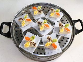 四喜蒸饺,包好的饺子依次摆入蒸屉上,记得要垫油纸或蒸布。