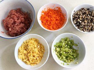 四喜蒸饺,香菇、胡萝卜和芹菜分别撒少许盐,搅拌均匀静置10分钟,待出汁后挤掉水分。