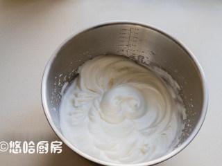 可可蛋糕卷,蛋清一直搅打至能拉出小弯钩的状态即可。