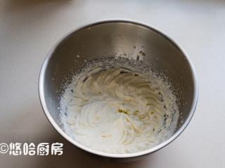 可可蛋糕卷,淡奶油加绵白糖30克,打至有花纹不流动的状态。淡奶油要提前冷藏。