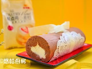 可可蛋糕卷,将蛋糕正面朝上,涂抹上淡奶油,借助擀面杖和油纸卷起蛋糕,放冰箱冷藏定型。