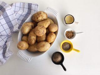 椒盐土豆仔,食材准备:  小土豆10 个 孜然粉20克 黑胡椒粉10克克 十三香10克 生抽10克 大蒜1个 小辣椒适量 白芝麻20克 色拉油50ml