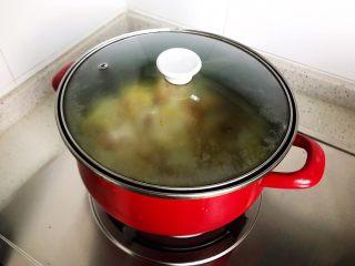 白菜腐皮炖五花肉,盖上锅盖,大火煮开之后转小火,焖煮7.8分钟