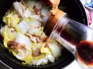 白菜腐皮炖五花肉,加适量生抽