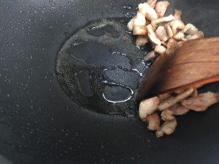 白菜腐皮炖五花肉,看,出来了这么多油