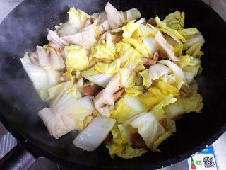 白菜腐皮炖五花肉,翻炒均匀