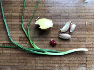 白菜腐皮炖五花肉,再准备好其他辅料