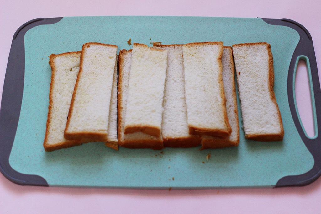 椰香黑芝麻吐司条,用刀吐司切成宽一点的条。(我的吐司片提前做的,买的也可以做哈)</p> <p>