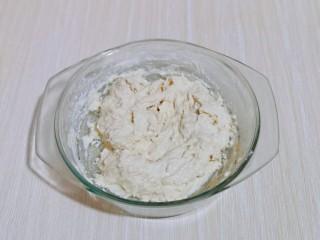 沙拉火腿面包卷,首先将波兰种做好,牛奶+高粉+酵母粉,搅拌均匀,盖上盖子放冰箱冷藏发酵一夜。