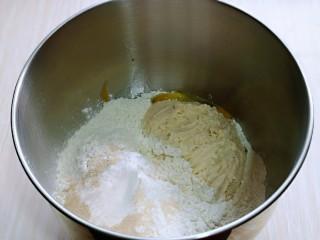 沙拉火腿面包卷,把面团的所有食材加入厨师机桶中,先液体再粉类的顺序加入,再加入酵母粉,最后加入波兰种,启动1档,揉面10分钟。