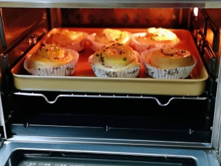 沙拉火腿面包卷,将烤盘入烤箱中层。