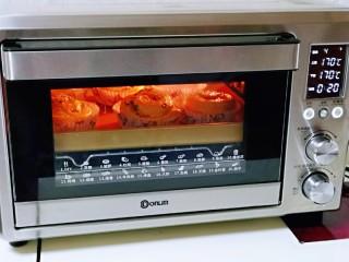 沙拉火腿面包卷,上下管170度烤20分钟,注意观察颜色,中途加盖锡纸。(烤箱温度及时间仅供参考)