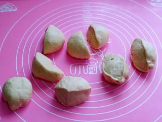 松软老式小面包,发酵好的面团是原来的两倍大,用手摁一下,不回缩,不反弹即为发酵完成,取出揉圆。发酵好的面团分成8等份。,盖上保鲜膜松弛10分钟。