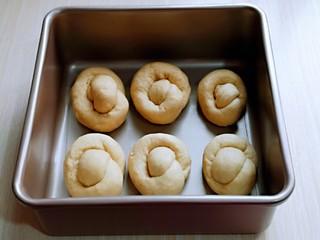 松软老式小面包,放入烤盘中,并间隔距离,再次入蒸烤箱进行二发。(我的这个量烤了两炉)