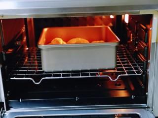 松软老式小面包,将模具入烤箱中层。