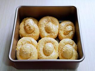 松软老式小面包,取出发酵好的面包胚,是原来的1.5倍大,刷上蛋液,撒上白芝麻。