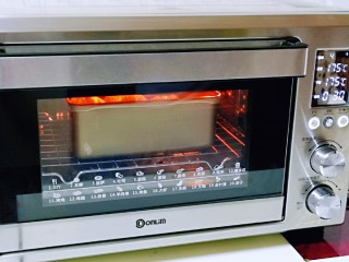 松软老式小面包,上下管175度烤30分钟。注意观察面包上色情况,上色后立即加盖一张锡纸。(时间及温度仅供参考,具体根据自家烤箱性能另定)