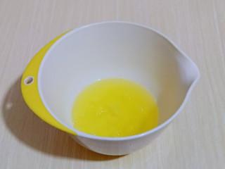 简单易学~巧克力淋面蛋糕,蛋白打发,往蛋白里加入柠檬汁(白醋也可以)电动打蛋器将蛋白高速打发至呈现鱼眼泡。 加入三分之糖,继续高速打发,蛋清泡消失。