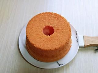 简单易学~巧克力淋面蛋糕,取出后倒扣在晾网上凉透再脱模,凉透的蛋糕胚,中间用模具压出个圆洞,如图。