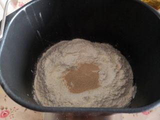 黑钻吐司,先用面包机来揉面,把面包材料的液体部分先放入面包机里,再对角放盐和糖,最后放高筋面粉,中间放酵母,揉成面团后,再把软化的黄油放入面包机里揉至可以拉出大片薄膜为止,