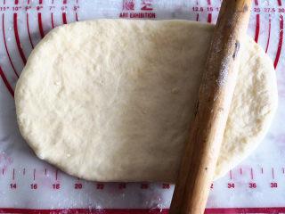 黑钻吐司,用擀面杖将其擀成长方形,宽度与吐司盒的长度差不多,