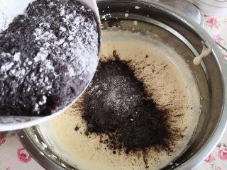 黑钻吐司,分三次加入到鸡蛋糊里,从下向上翻拌至无干粉状态即可,