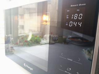 黑钻吐司,长帝蒸气电烤箱预热180度,选择上下烤,最下层,用温度180度烤45分钟,