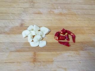 荷兰豆小炒,大蒜洗干净切成片,干红辣椒掰成段。