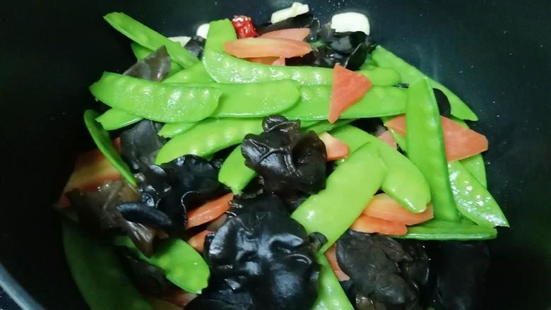 荷兰豆小炒,下入焯好的蔬菜翻炒均匀。