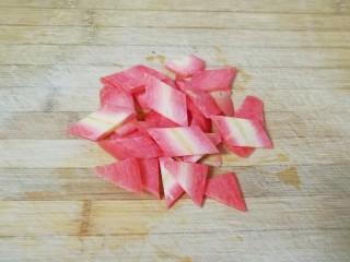荷兰豆小炒,红萝卜洗干净切成片。