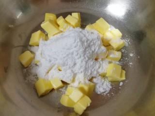 枣泥一口酥,黄油室温软化后切成小块,加入糖粉和盐,先用硅胶刮铲翻拌均匀,再用电动打蛋器低速打发至蓬松状态。