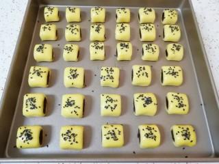 枣泥一口酥,刷一层蛋黄液,撒上黑芝麻。