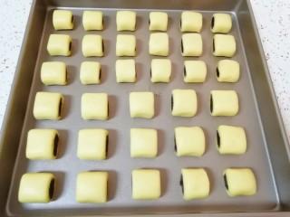 枣泥一口酥,整一下形码在烤盘里(我做了一半大一点一半小一点的,大点的大人吃,小一点的小朋友吃)。