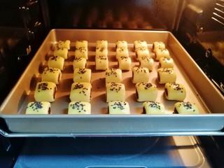 枣泥一口酥,送入预热好的烤箱,上下管175度烤15分钟左右。