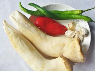 低脂低卡的手撕杏鲍菇,准备材料:①杏鲍菇 2根②青辣椒2根③大红椒半个④蒜粒适量。