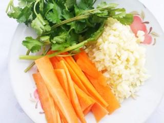 超级爽口的凉拌腐竹,胡萝卜切片,大蒜切末,香菜适量。