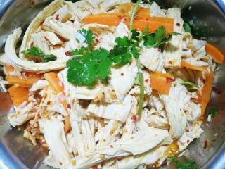 超级爽口的凉拌腐竹,放一勺食盐充分拌匀。