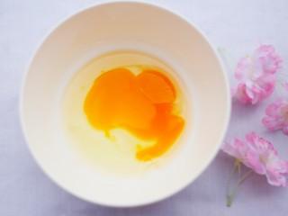 松软香甜的米粉小软饼,鸡蛋碗中打散。